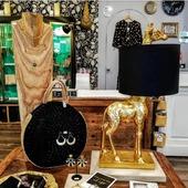 """L'indice était """" 🦒"""", et on ne peut plus attendre pour vous montrer notre dernière trouvaille.  Voici notre toute nouvelle lampe ! Un objet de décoration insolite qui va transcender votre intérieur. On sait déjà qu'elle va rapidement trouver un futur acquéreur ✨ { Petit aperçu de la très belle boutique de Lyon 6ème et des nouveautés ! }  #decoration #design #lampe #lights #giraffe #nouvellecollection #homedecor #nouveautés #shopping #roselesboutiques #lyon #marseille #annecy #chambéry"""
